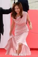 [TF사진관] 소유진, '드레스가 너~무 길죠?'