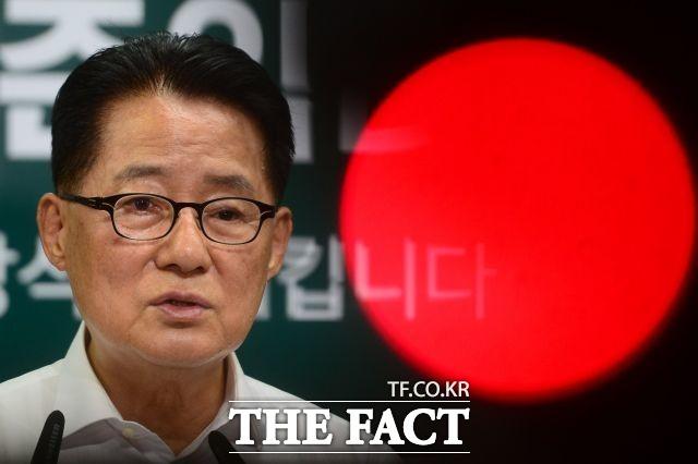 박지원 국민의당 비대위원장은 김 의원의 발언과 관련 내가 일일이 답변하면 안 되지. 기차는 그냥 달리면 되는 것이라고 일축했다. / 남윤호 기자