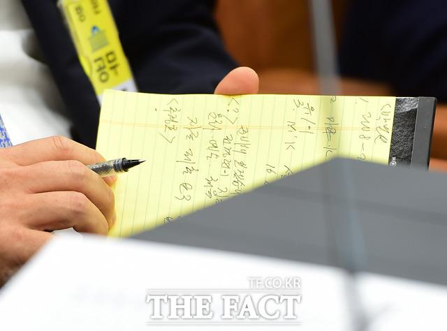 의원들의 질문을 메모하는 전경련 이승철 부회장