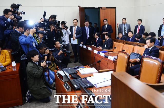 미르·K스포츠재단과 관련해 취재진의 뜨거운 관심을 받고 있는 전경련 이승철 부회장.