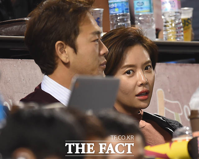 배우 황정음이 남편 이영돈씨와 경기를 관전하고 있다.