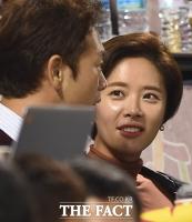 [TF포토] '야구장 데이트'  황정음-이영돈 부부, 아직도 뜨겁다