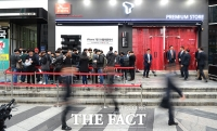 [TF포토] '아이폰7' 개봉박두…'애타게 기다리는 고객들'