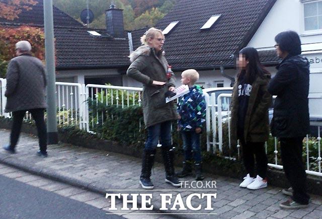 정유라 씨 집 인근에 거주하는 한 독일인 여성이 정 씨의 관해 취재진과 이야기를 나누고 있다. 최순실 씨와 정유라 씨, 몇몇 한국인들이 자신의 옆 집에 살았고 두 모녀가 어린아이를 데리고 자주 산책을 다녔다고 말했다./프랑크푸르트=이효균 기자