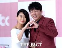 [TF포토] 예지원-김희원, 코믹 커플의'알콩달콩 하트 포즈'