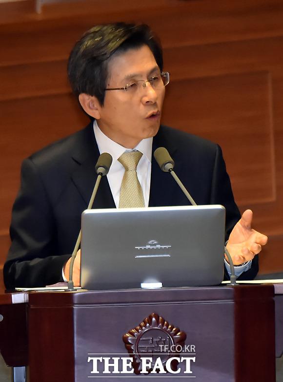 황교안 국무총리는 28일 국회 예결위에 참석해 세월호 7시간 관련 의혹에 대해 박근혜 대통령은 세월호 침몰 당시 청와대에서 사고 수습에 나섰다고 밝혔다. /더팩트DB