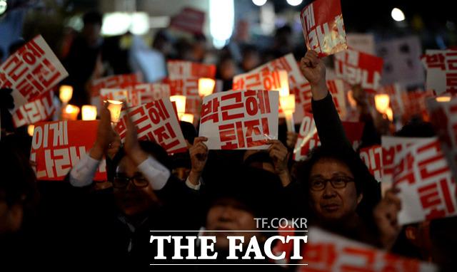 朴 대통령 지지율, 10.4% 또 최저치…'등 돌린 민심'