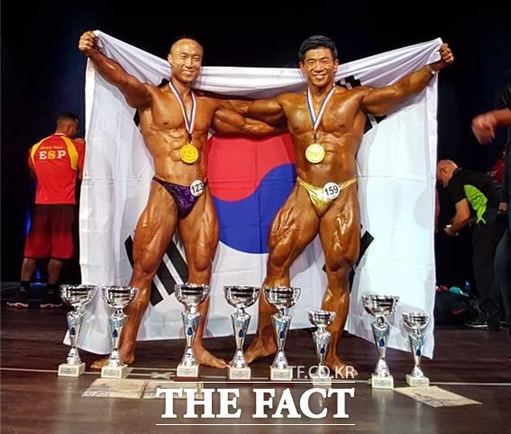 스페인에서 열린 2016 세계보디빌딩선수권대회에서 나란힌 금메달을 목에 건 박경모(왼쪽)-남경윤./대한보디빌딩협회 제공