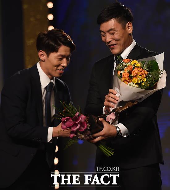 베스트11 골키퍼상을 수상한 전북 권순태가 동료들의 꽃다발을 받고 있다.