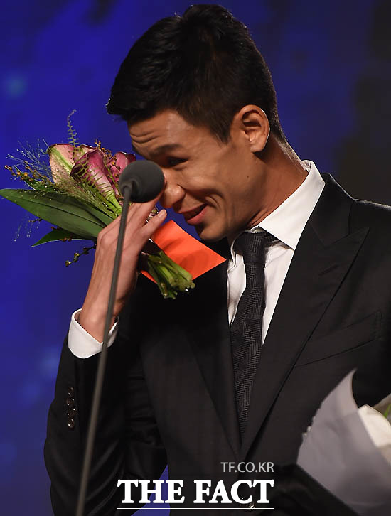 광주 정조국이 MVP로 선정된 뒤 눈시울 붉히며 말을 잇지 못하고 있다.