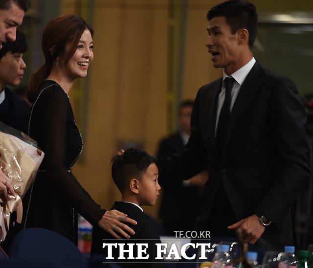 광주 정조국이 3관왕을 차지한 가운데 부인 김성은 , 아들 태하군의 축하를 받고 있다.