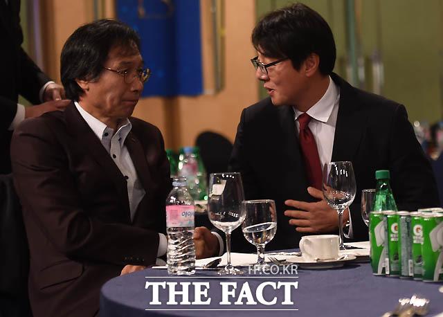 황선홍 감독이 포항 최순호 감독과 대화를 나누고 있다.