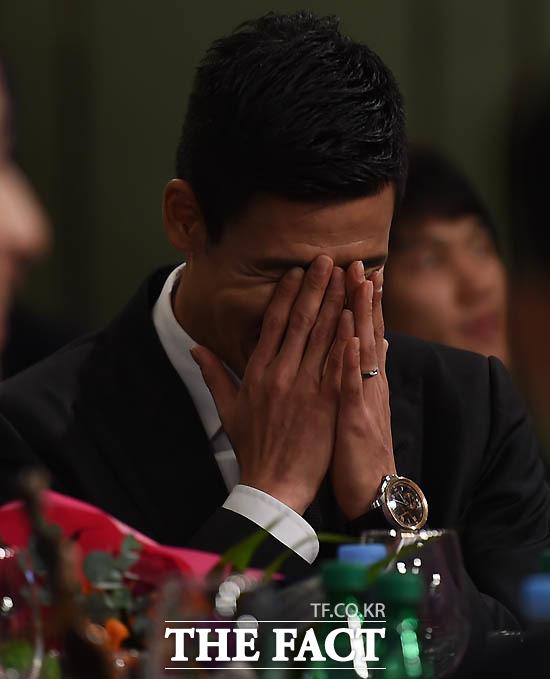 광주 정조국이 베스트11 공격수 부문 시상자로 나선 부인 김성은의 이야기를 들으며 부끄러운 듯 웃고 있다.