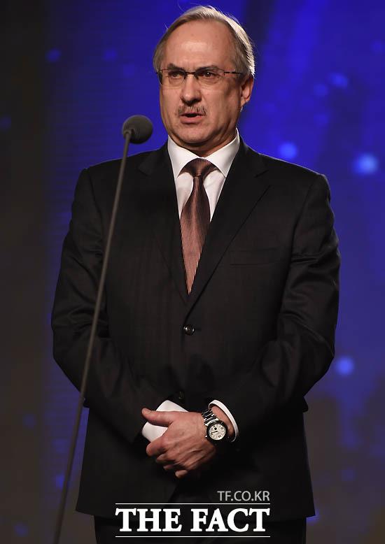 슈틸리케 감독이 감독상 시상자로 나섰다.