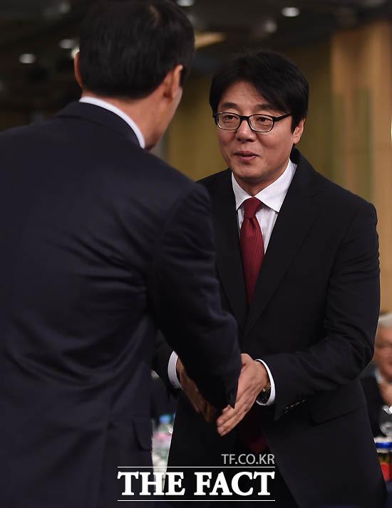 서울 황선홍 감독이 차범근 위원과 악수를 나누고 있다.