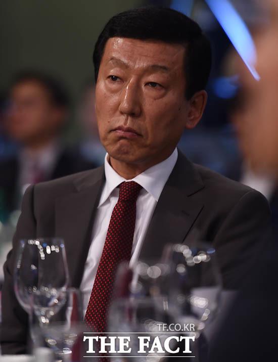 전북 최강희 감독이 감독상을 수상하지 못한 뒤 황선홍 감독의 인삿말을 듣고 있다.