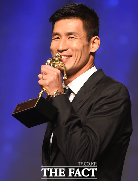 3관왕(MVP.득점왕, 최고공격수)을 차지한 광주 정조국이 트로피에 입을 맞추고 있다.