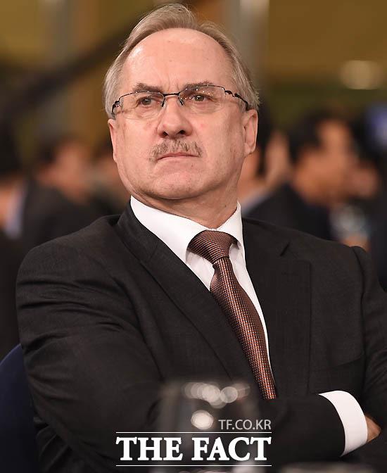 슈틸리케 감독이 K리그 대상 시상식에 참가해 자리에 앉아 있다.