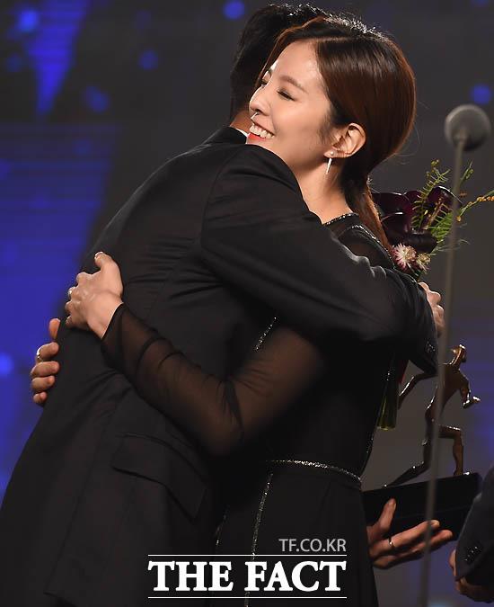 배우 김성은이 베스트11 공격수 부문 시상자로 나서 남편 광주 정조국이 수상을 하자  포옹을 나누고 있다.