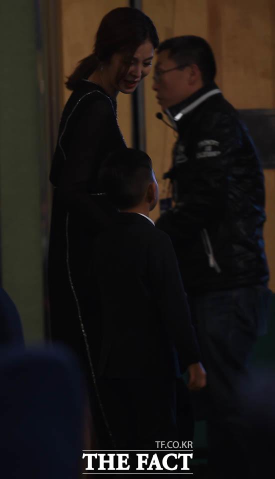 광주 정조국 부인 김성은이 아들 태하군가 식장을 빠져나가고 있다.
