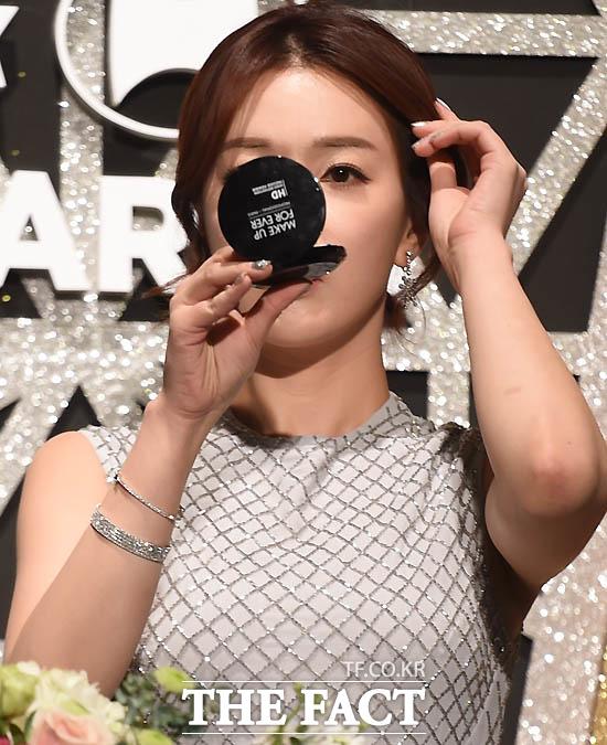 KBS 정지원 아나운서가 시상식 전 거울을 보며 매무새를 고치고 있다.