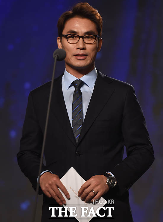 김태영 K리그 홍보대사가 수비상 시상자로 나섰다.