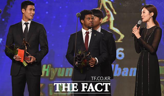 배우 김성은이 베스트11 공격수 부문 시상자로 나선 남편 광주 정조국이 수상을 하자  축하 인삿말을 하고 있다.