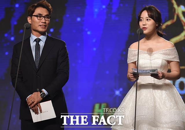 김태영 K리그 홍보대사와 전 카라멤버 허영지가 수비상 수상자로 나섰다.