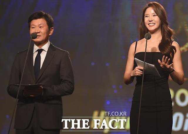 정몽규 축구협회장과 레이양이 영플레이어 상 시상자로 나섰다.