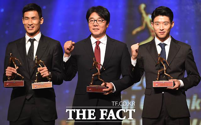 3관왕(MVP.득점왕, 최고공격수)을 차지한 광주 정조국과 감독상 수상한 황선홍 감독, 신인상 안형범이 기념촬영을 하고 있다.