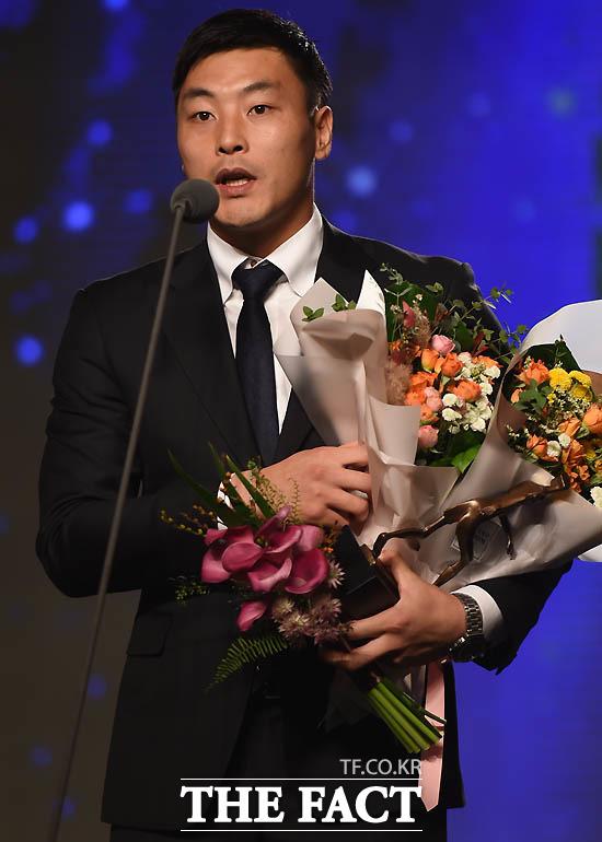 베스트11 골키퍼상을 수상한 전북 권순태가 소감을 밝히고 있다.