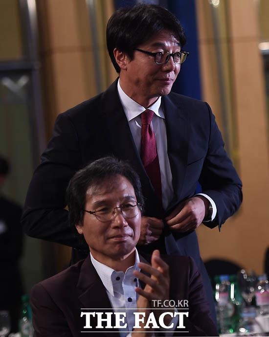 FC서울 황선홍 감독이 감독상 수상자로 선정된 뒤 인사를 하고 있다.