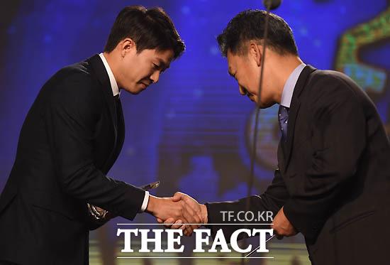 수원 권창훈이 올해의 베스트골을 수상하고 있다.