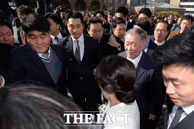 정몽구 현대차그룹 회장이 11일 오후 서울 중구 명동성당에서 열린 정성이 이노션 고문의 딸 선아영 씨와 탤런트 길용우 씨의 아들 길성진 씨의 결혼식에 참석했다. 하지만 지난해 7월 박근혜 대통령과 비공개 면담 내용을 묻는 취재진에 둘러싸여 식이 열리는 대성당에 힘겹게 들어갔다. / 명동=남용희 인턴기자