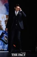 [TF포토] 김우빈, '잘생겨도 너무 힘들어~'…플래시 세례에 깜짝