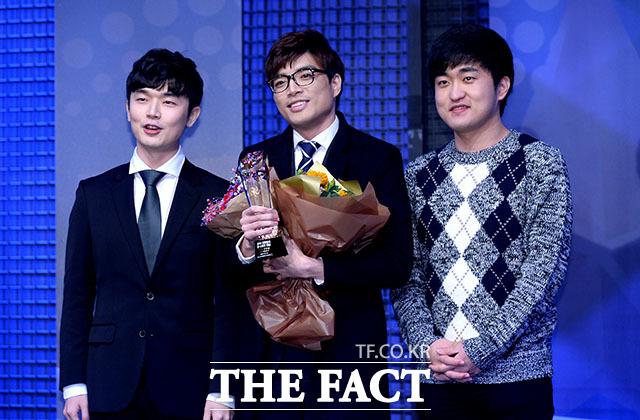 변현우 선수(가운데)가 스타크래프트2 최우수 선수상을 수상하고 있다.