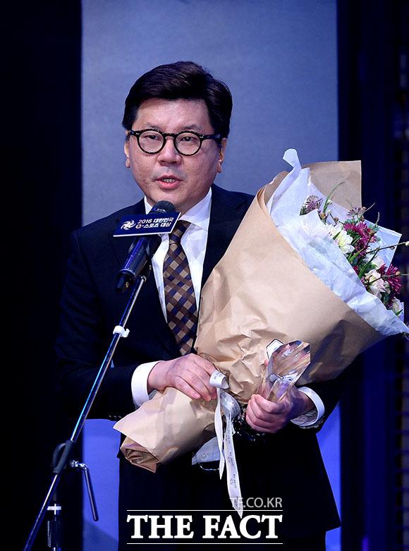 이승현 라이엇 게임즈 한국대표가 올해의 e스포츠 종목상을 수상하고 있다.