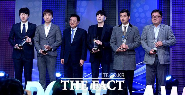 특별상 수상을 하고 있는 스타크래프트2 참가팀 감독들