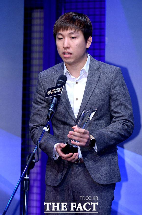 스타크래프트2 참가팀 감독들을 대표해 수상소감을 밝히고 있는 강도경 감독