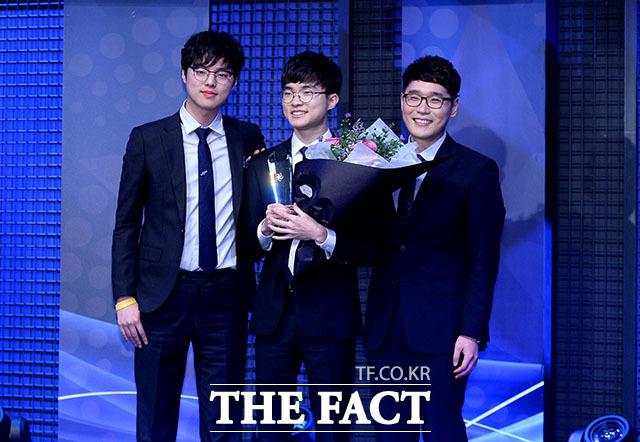 이상혁 선수(가운데)가 리그 오브 레전드 최우수 선수상을 수상하고 있다.
