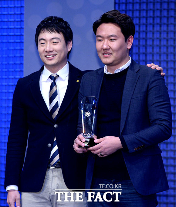 피파3 온라인 최우수 선수상을 수상하고 있는 김정민 선수(오른쪽)