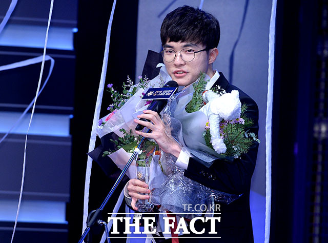 이상혁 선수가 대상을 수상하고 있다.