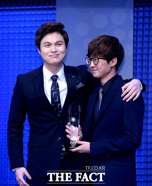 카트라이더 부문 최우수 선수상을 수상한 유영혁 선수(오른쪽)