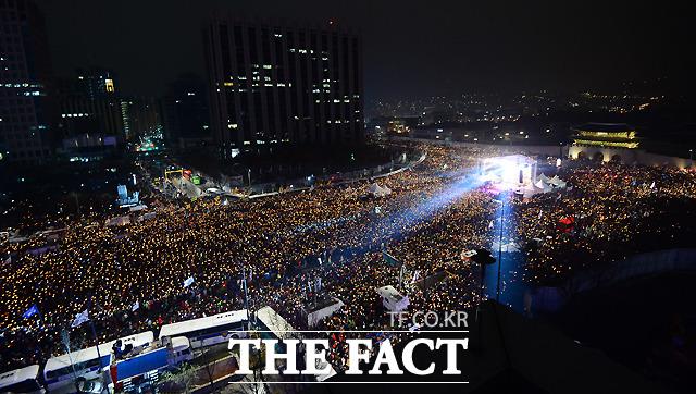 박근혜 대통령의 퇴진을 요구하는 5차 촛불집회가 26일 오후 서울 종로구 광화문광장 일대에서 열린 가운데 수많은 집회 참가자들이 대통령의 퇴진을 외치며 촛불을 밝히고 있다. /이새롬 기자