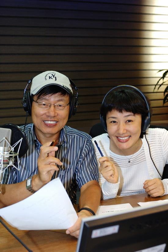 라디오 단짝콤비. 강석은 87년부터 현재까지 김혜영과 함께 MBC 표준FM 싱글벙글쇼를 진행중이다. /MBC 제공