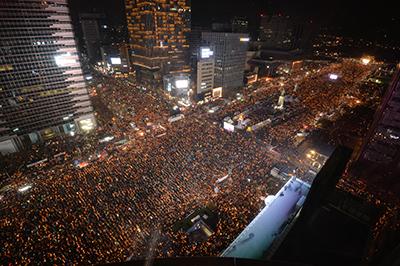 [TF영상] 하나된 민심, '촛불 파도 타기와 1분 소등'