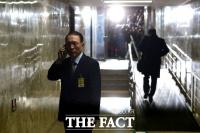 [TF사진관] 오전 청문회 종료… 청문회장 앞 통화하는 김기춘
