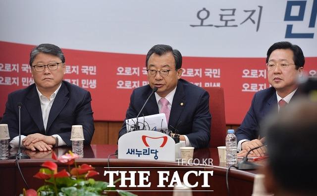 새누리당 친박계는 박근혜 대통령 탄핵안 부결을 위해 총력전을 벌이고 있다. 사진은  친박계 조원진 의원, 이정현 대표, 이장우 의원(왼쪽부터)./배정한 기자