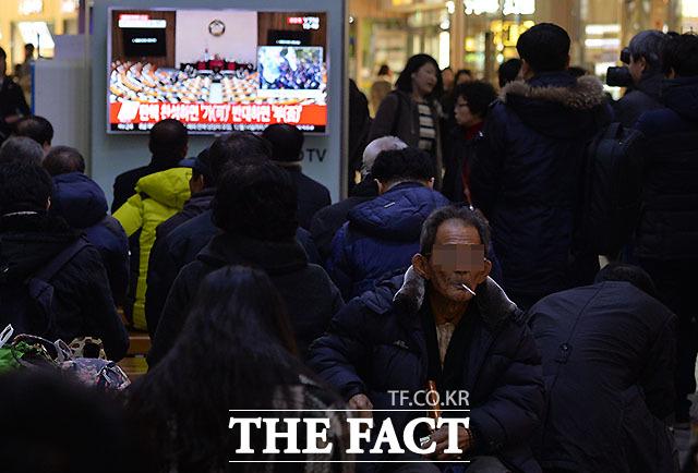 박근혜 대통령 국회 탄핵소추안 표결이 시작되자 대구시 동대구역에서 한 시민이 담배를 물고 있다.