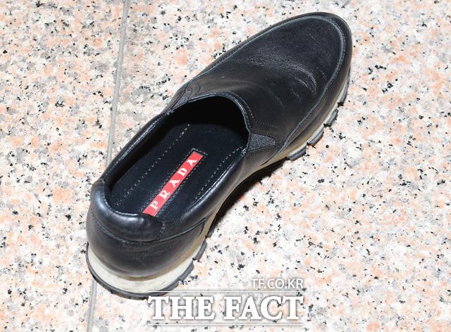 최순실 씨가 피의자 신분으로 출석하는 과정에서 신고 온 명품 브랜드 프라다 신발이 벗겨져 있다. 고가의 신발을 신고 다닌다는 이 사진 한장이 세간에 많은 화제가 됐다.
